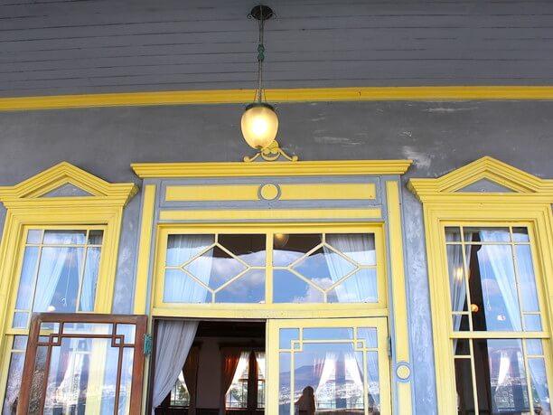 公会堂の美しい窓