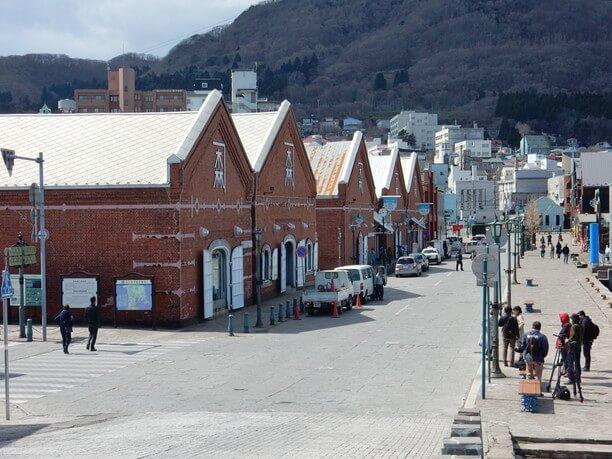 赤レンガ倉庫と道路