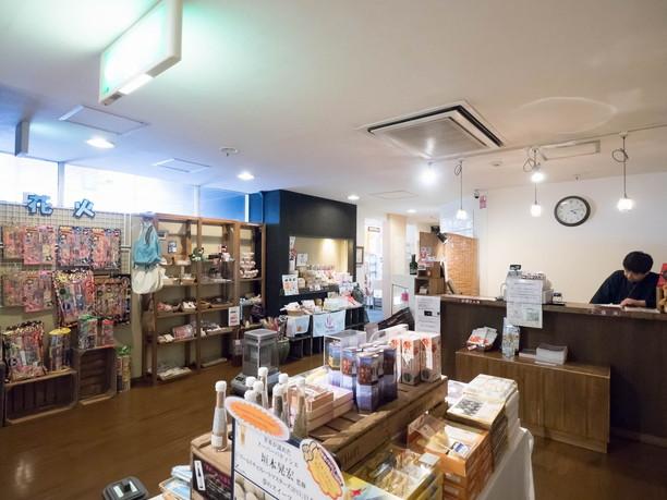 フロントの周りや廊下は売店スペース
