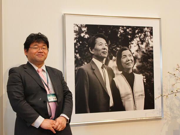 文学館事務局長の難波真実さんと三浦夫妻