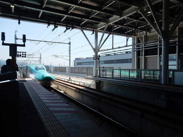 入ってくる新幹線