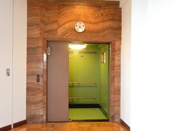 手動式エレベーター