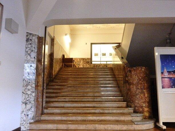 石造りの優雅な階段