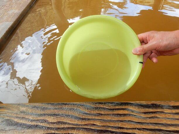 茶褐色に変化するお湯