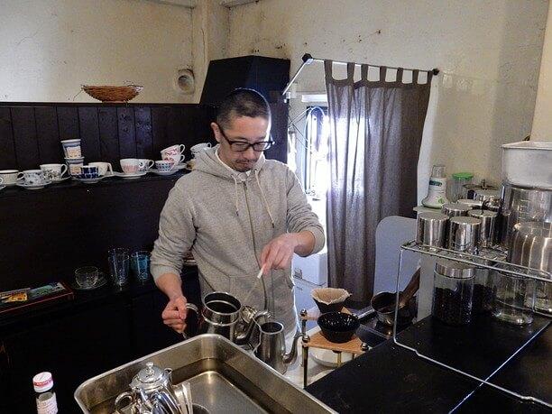 コーヒーを淹れる尾塩さん