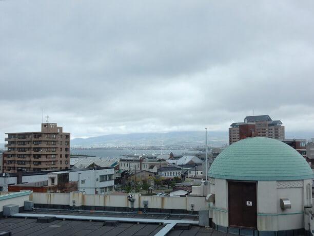 北側の窓から見た景色