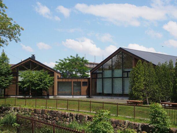 三角屋根、板張りの建物