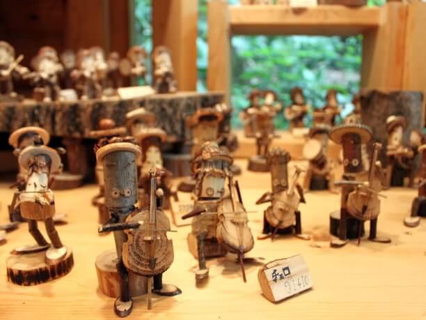 小さな木の人形たち