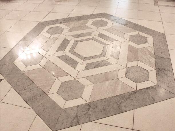 大理石の床の大きな六角形