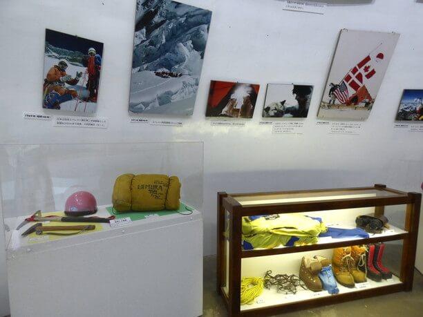 エベレスト登頂で使った装具や写真パネル