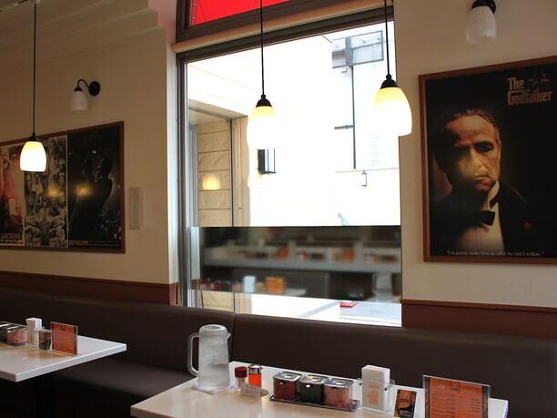 ハリウッドスターのポスターが飾られた店内
