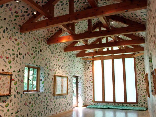 六花亭の包装紙の柄が描かれた壁