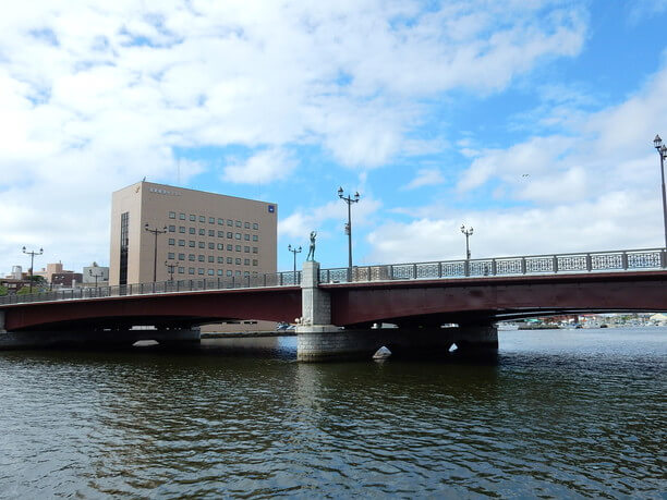 釧路川や港などの風景に溶け込む幣舞橋