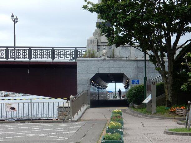 橋を貫くトンネル