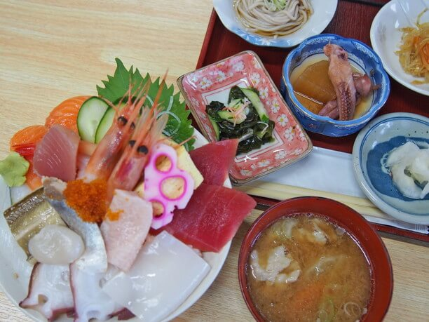 海鮮丼と小鉢と味噌汁