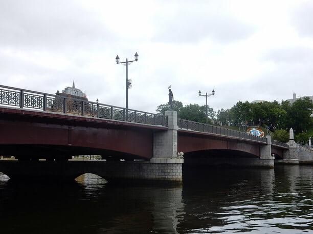 広場から眺める橋の全体像