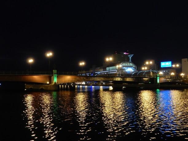 河面に写る街路灯