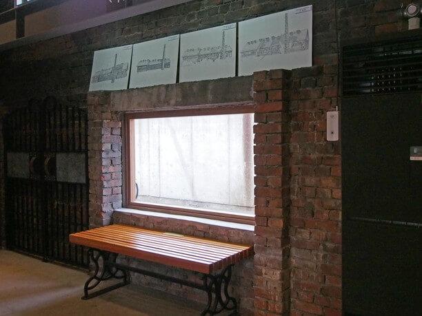 館内に残るレンガの壁