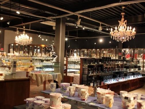 店内に並ぶガラス製品