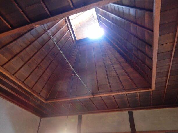 穴の開いた天井