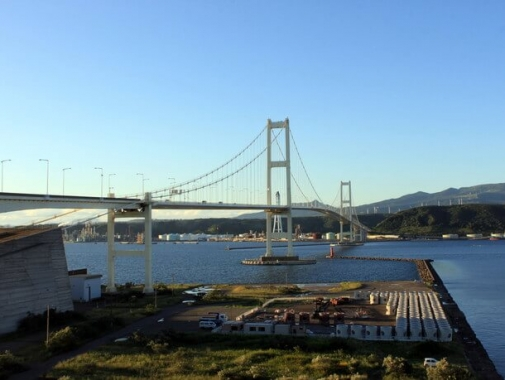 近くから見る橋