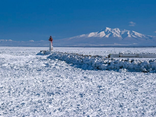 鱒浦(ますうら)漁港 赤い灯台と流氷