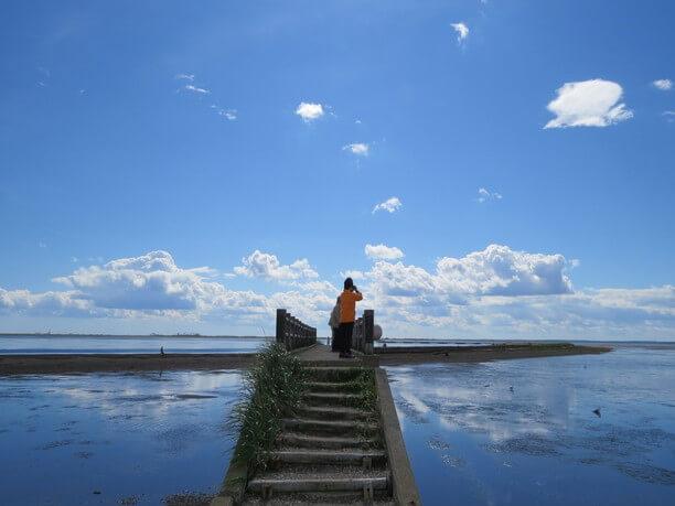 空も海も真っ青で幻想的な風景