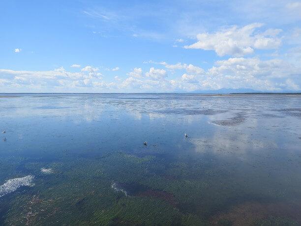 鏡のように空を映す海