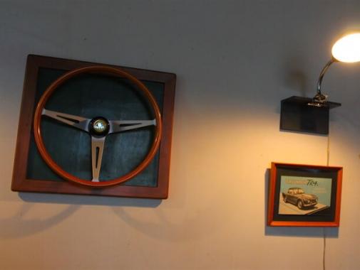 壁に飾られたハンドル
