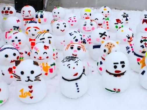 ユニークな雪だるまたち