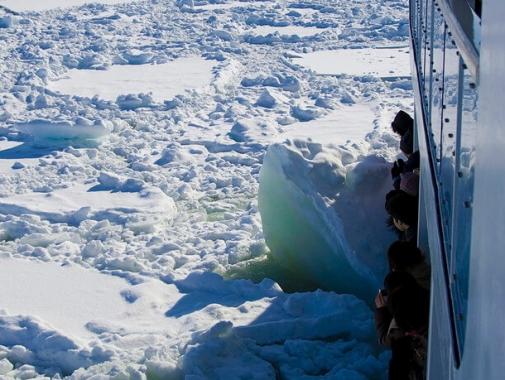 氷塊にぶつかる船