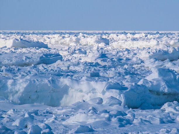 青い海に漂う白い流氷