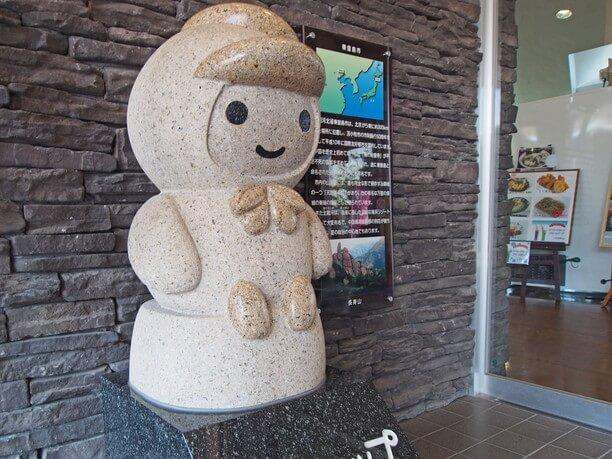 かわいらしい「とまチョップ」の石像