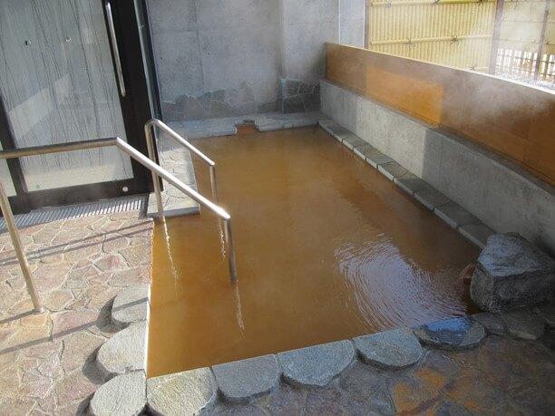 黄褐色の湯