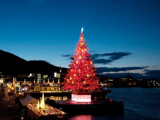 赤く輝く巨大クリスマスツリー