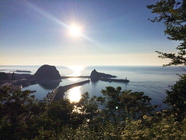 オロンコ岩と三角岩の真ん中に沈む夕陽