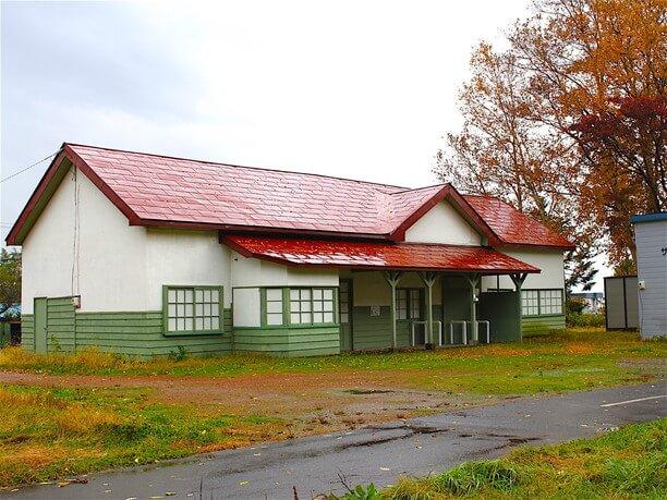 駅舎は赤い屋根の木造平屋
