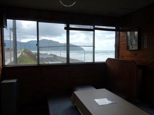 景色が美しい窓際の席