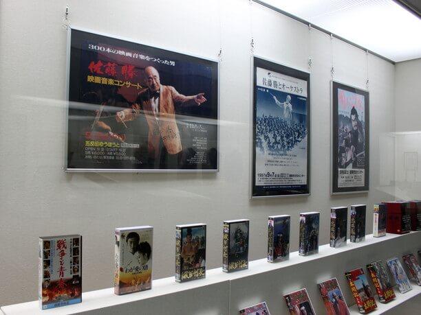 様々なポスターや展示品