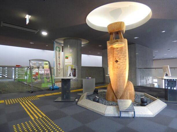木彫りのモニュメント