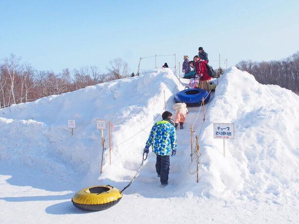 雪でできた滑り台