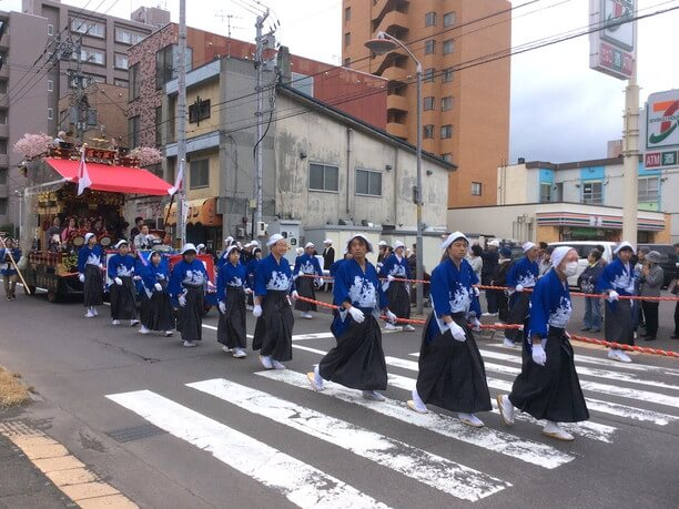 北海道神宮に向かう行列