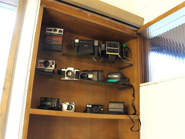 カメラが並ぶ飾り棚