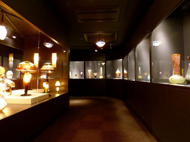 約100点の作品が並ぶ展示室