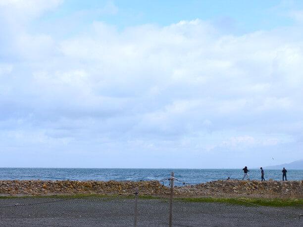 食堂向かいの海