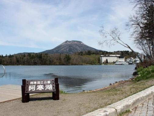 阿寒湖看板と湖1