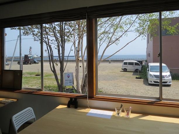 海に面した大きな窓