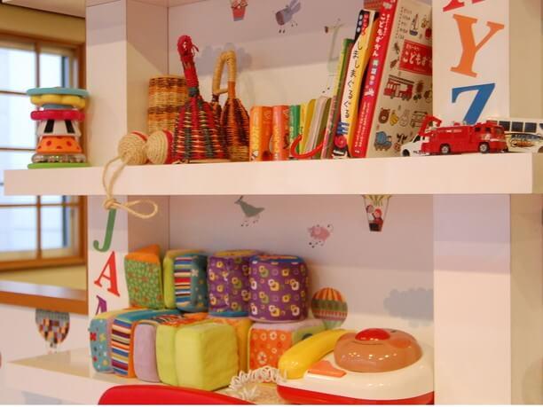 様々なおもちゃが並ぶキッズルーム