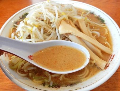トンコツと野菜をじっくり煮込んでとった、コクのある濃厚なスープ