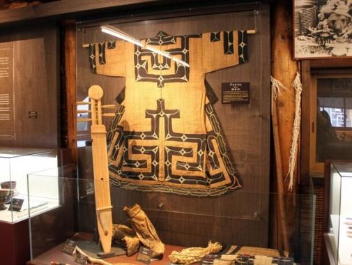 ハルニレの樹皮で作った「アットゥシ(樹皮服)」